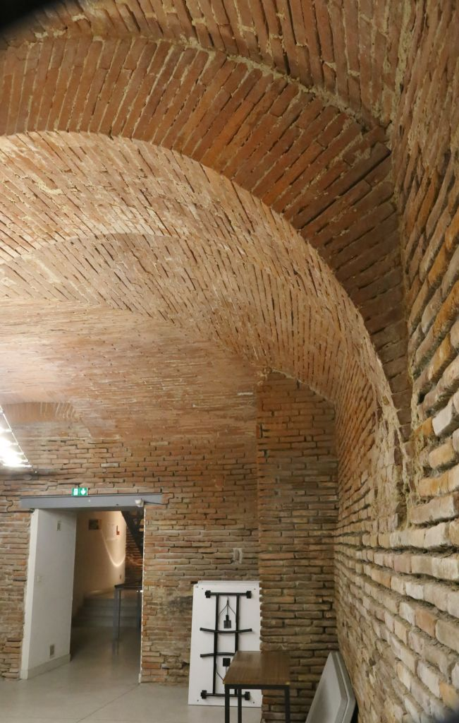 http://toulouse-brique.com/photos/hotels/tour_maurand/Maurand-sous-sol%20(7).JPG